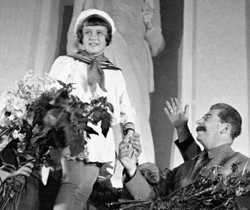 Пионеры приветствуют Генерального секретаря ЦК ВКП(б) Иосифа Виссарионовича Сталина второй слева. 1935 год.