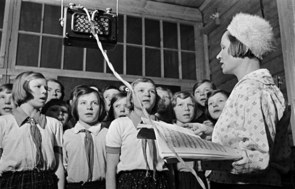 В средней школе села Кольцовка колхоза имени Сталина, Чувашия, 1940 год.