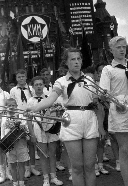 Пионеры на демонстрации в честь Коммунистического интернационала молодежи. 1936 год.