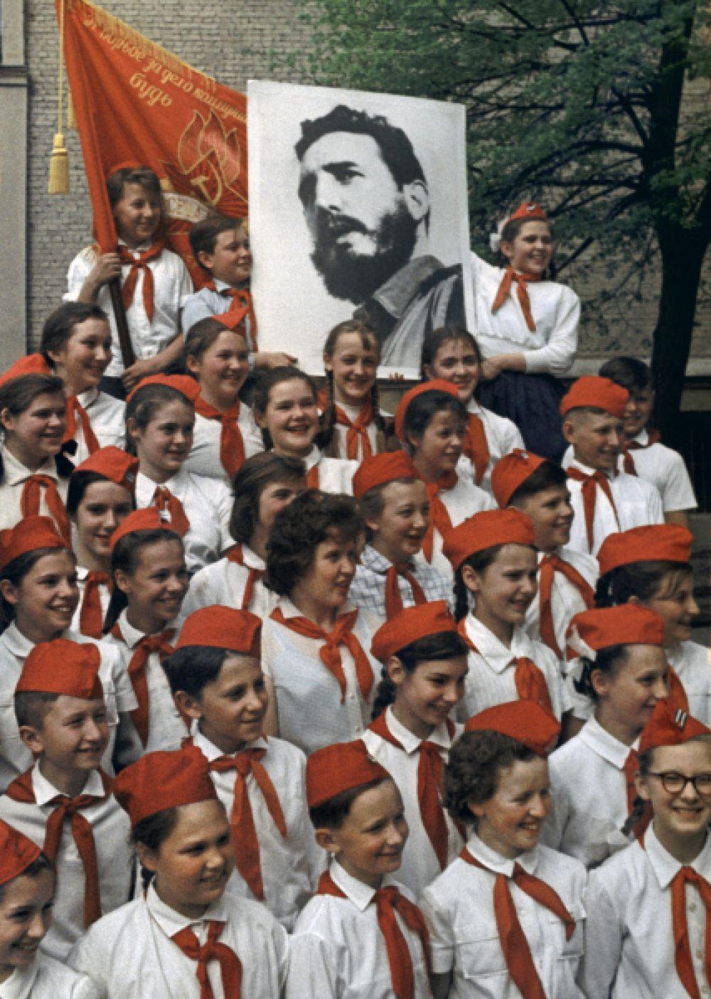 Отряд имени Фиделя Кастро московской школы № 25. 1964 год.