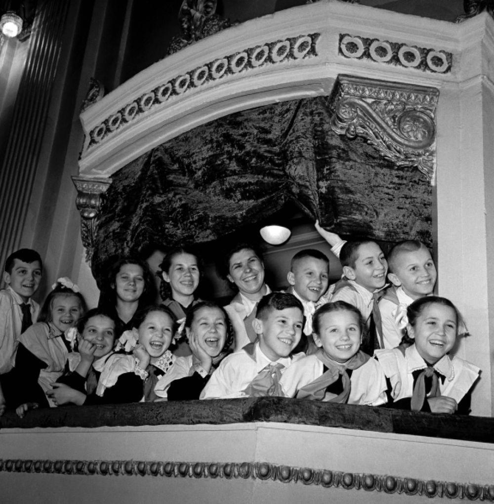 В зрительном зале Дворца культуры Челябинского тракторного завода. 1957 год.