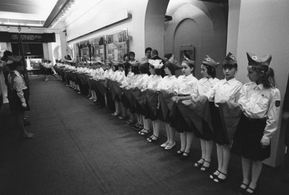 Прием в члены пионерской организации в музее В.И.Ленина. 1959 год.