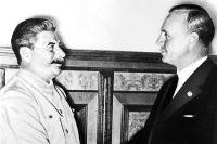 Иосиф Сталин и Иоахим фон Риббентроп в августе 1939 года в Кремле.