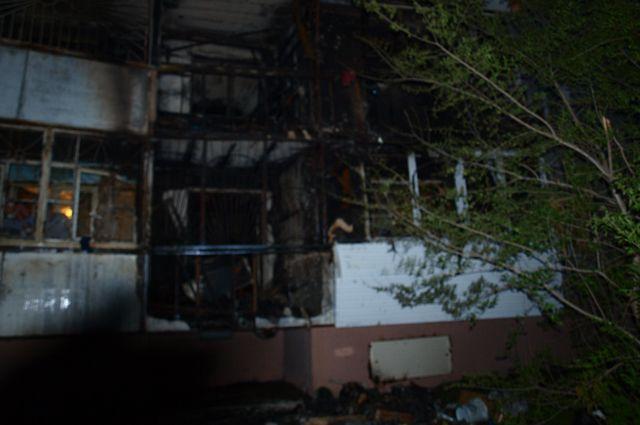 Подростки бросили горящие спички на балкон первого этажа.