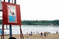 Хоть в Иртыше купаться и не советуют, пляжи продолжают пользоваться популярностью.
