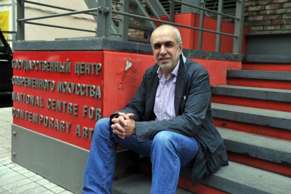 На втором месте — гендиректор Государственного центра современного искусства Михаил Миндлин с доходом в 58,3 млн руб. В 2013 году сумма была гораздо меньше — 2,3 млн руб. При этом, как и в прошлом году, в его декларации значатся два земельных участка, две квартиры и гараж-бокс, расположенные в России.
