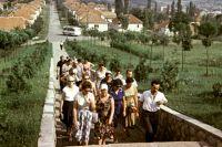 Советские туристы направляются к братской могиле советских и югославских воинов, погибших в боях с фашистскими захватчиками. Город Горный Милановац (ныне город в Сербии).