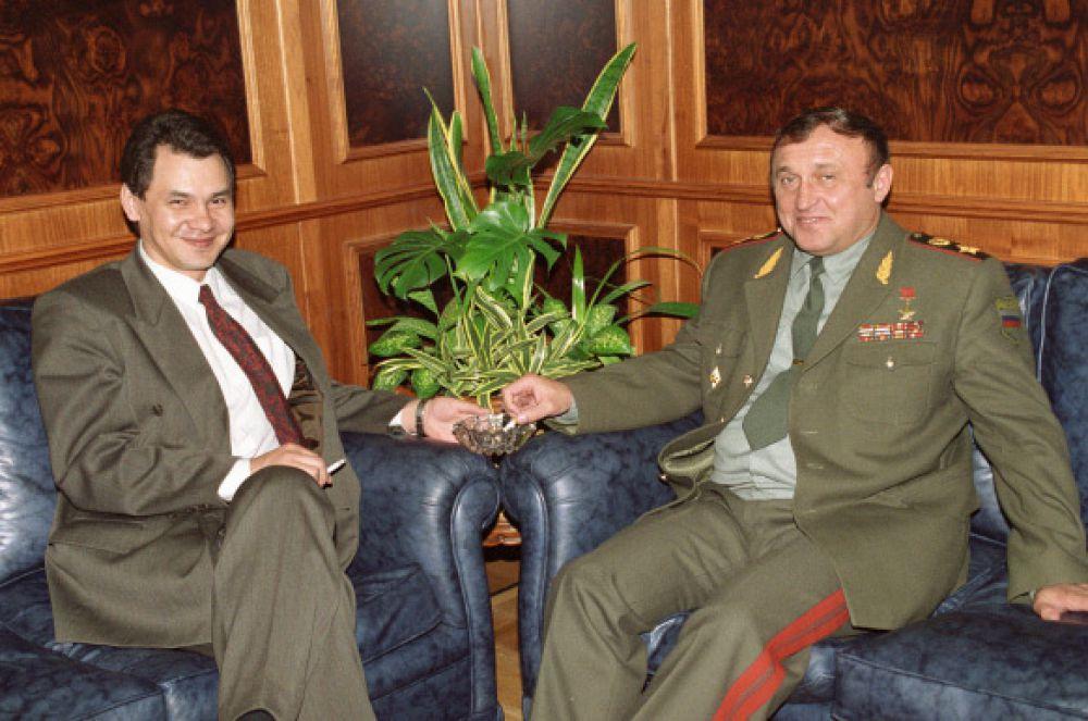 В 1991 году Сергей Шойгу стал председателем Российского корпуса спасателей и председателем Государственного комитета по чрезвычайным ситуациям – с этого момента начался этап его карьеры, связанный с МЧС.