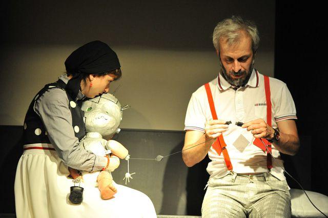 Спектакль изображает молодую семейную пару.