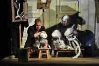 Художник спектакля придумала кукол, лишь отдаленно напоминающих людей.