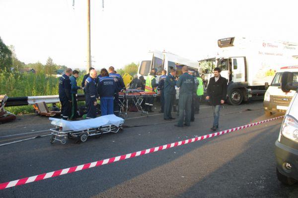 Авария произошла 21 мая. Автобус Mercedes вез группу из 12 детей в возрасте от 11 до 14 лет и 8 взрослых на соревнования по каратэ. Около 4 часов мск на объездной дороге города Кстово автобус столкнулся с грузовиком MAN. В результате три человека погибли: 12-летняя девочка и двое взрослых.