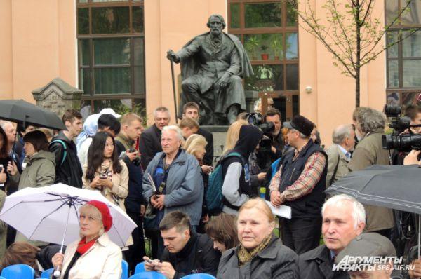 Люди не расходились с открытия салона, несмотря на дождь.