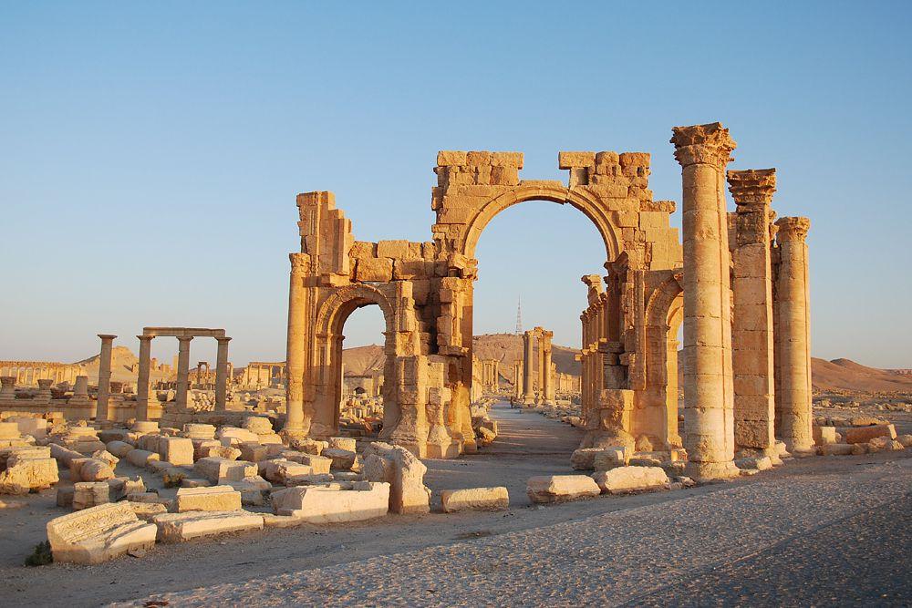 Император Аврелиан решился сломить непокорность гордой царицы и в 273 году принудил Пальмиру сдаться; Зенобия стала пленницей Аврелиана, её столица подверглась опустошению, а владения стали провинцией Римской империи. Диоклетиан и затем Юстиниан пытались восстановить разрушенный город, но не могли возвратить ему прежний блеск. Наконец, будучи ещё разрушен арабами, в 744 году, он постепенно превратился в небольшое селенье.