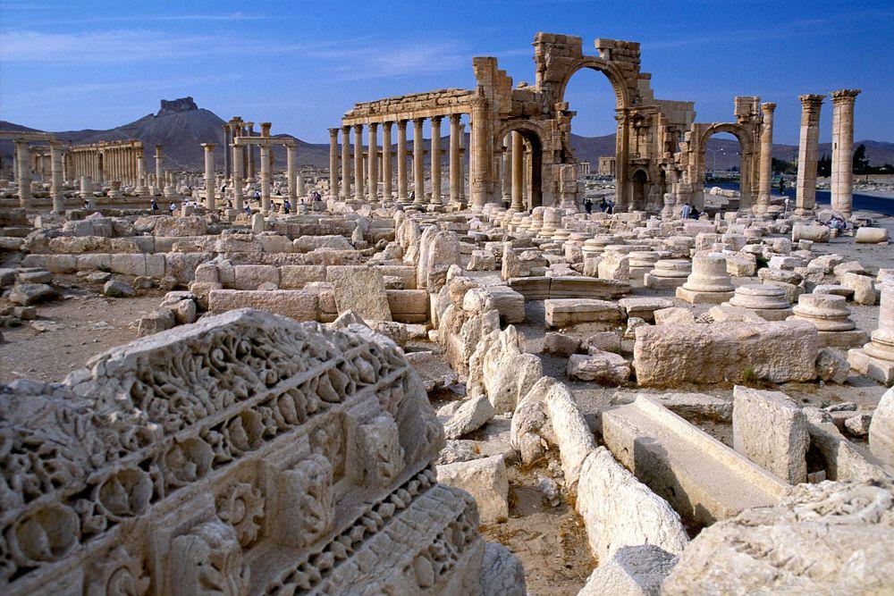 Как перевалочный пункт для караванов, пересекавших Сирийскую пустыню, Пальмира была прозвана «невестой пустыни». Самой знаменитой и могущественной правительницей Пальмирского царства была Зенобия.