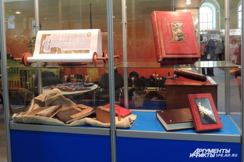 На книжном салоне можно увидеть много редчайших и старинных книг.