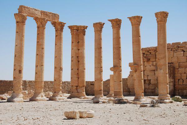 Римляне во время войны с парфянами (в 41 году) старались завладеть Пальмирой, но безуспешно. При Траяне она была совершенно разрушена римскими войсками, но Адриан восстановил её и переименовал в Адрианополь, причём её правителям предоставил некоторую независимость, думая удержать их этим от союза с парфянами. При Каракалле (около 212 года н. э.) Пальмира была объявлена римской колонией, с правами, равными правам колоний, находившихся непосредственно в самой Италии.