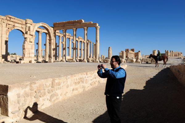 Напротив северо-западного угла храма находились входные ворота, похожие на триумфальную арку Константина в Риме. От них через весь город, на протяжении 1135 м, тянулась дорога, обставленная четырьмя