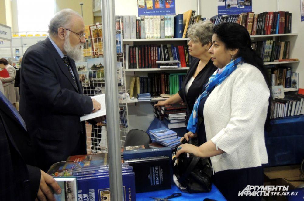 Владимир Чуров выбирает книгу.