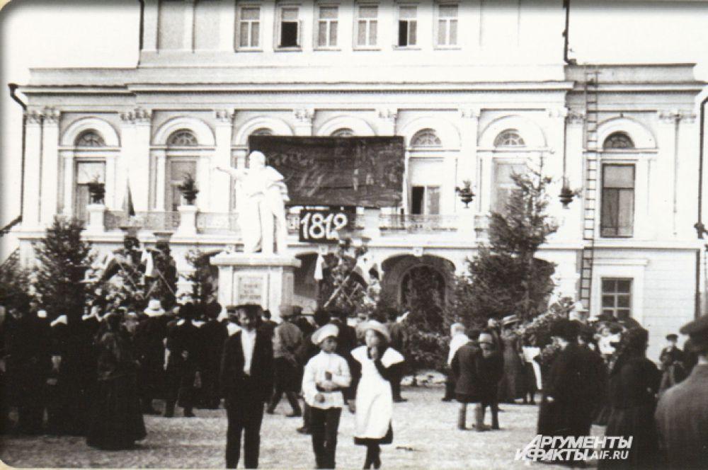 Школяры начала XX века на Театральной площади