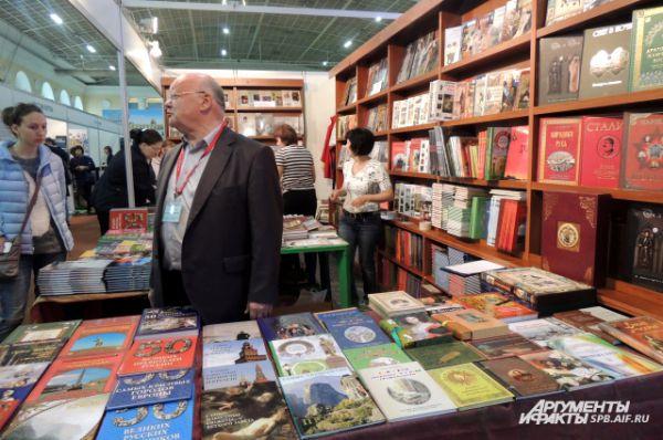 На салоне можно познакомиться с книжными новинками и приобрести литературу.
