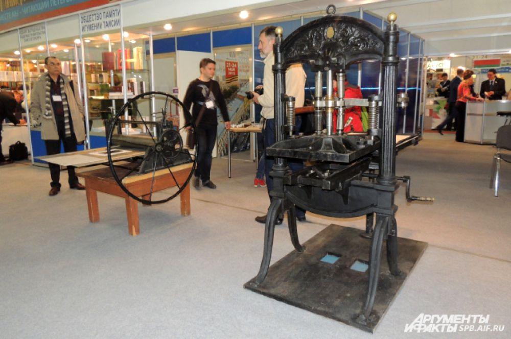 В Манеже представлены старинные печатные станки.