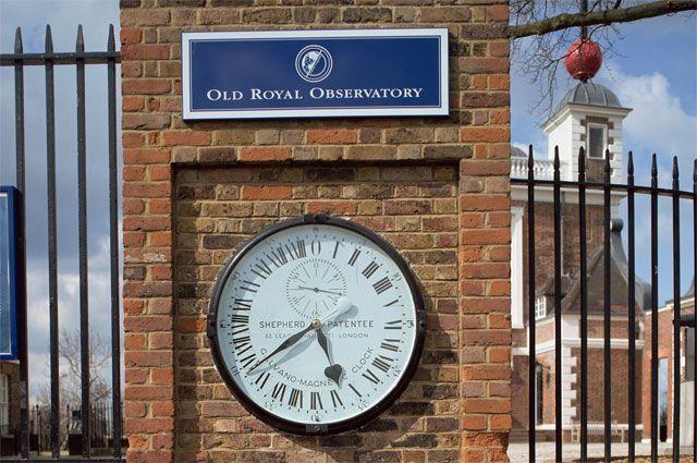 «Часы Гринвич» выполнены из стекла и металла, а в диаметре составляют всего 92 сантиметра.