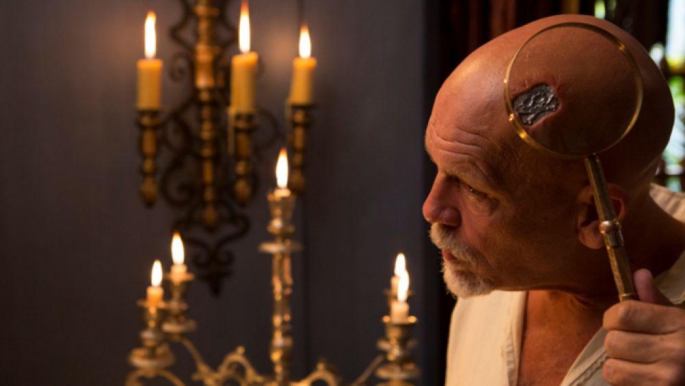 В интервью РЕН ТВ Джон Малкович рассказал, что образ Черной Бороды в «Черепе и костях» был «соткан» из различных историй и слухов о  знаменитом пирате.