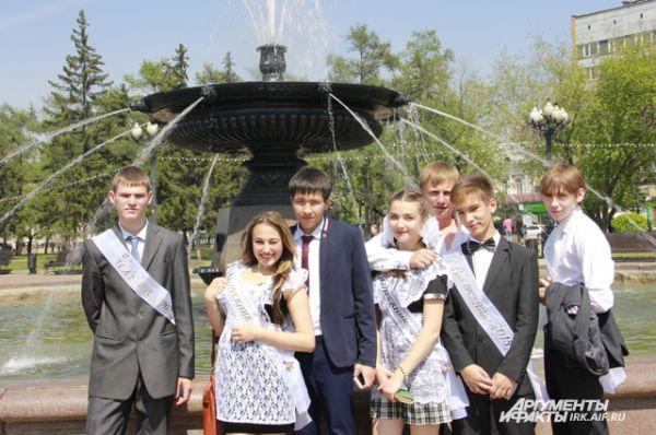 Много школьников и в центральном городском сквере.