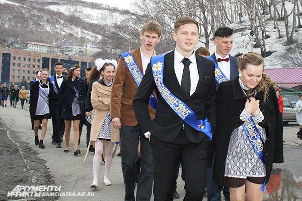 Выпускники гуляли в центре города.