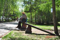 Неизвестные граждане ломают скамейки в сквере.