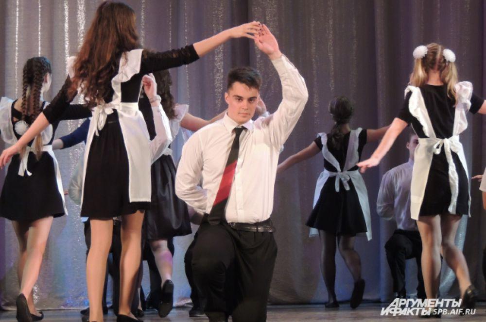 Выпускники исполнили прощальный танец.