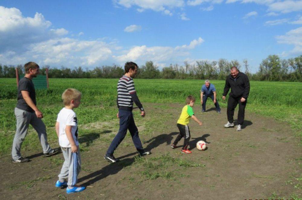 Футбольный матч младшей группы Академии «Реал Мадрид-ДГТУ» на природе.