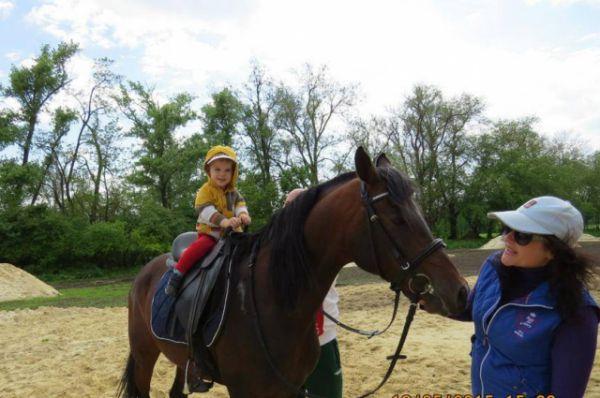 Будущему футболисту совсем не страшно верхом на лошади..