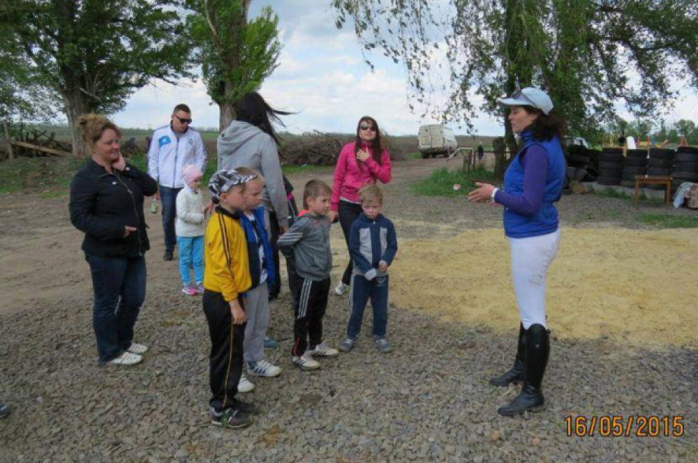 Руководитель клуба Галина Любивая инструктирует гостей из академии «Мадрид-Реал».