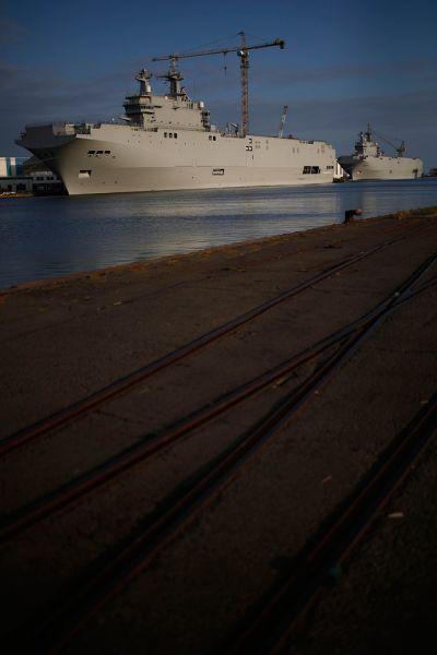 77 процентов опрошенных французов считают, что отказ от поставки «Мистралей» ударит по репутации французских корабелов. Больше того, французы убеждены, что подрыв репутации приведёт к тому, что выгодные заказы станут «уплывать» к главным конкурентам — англичанам и американцам.