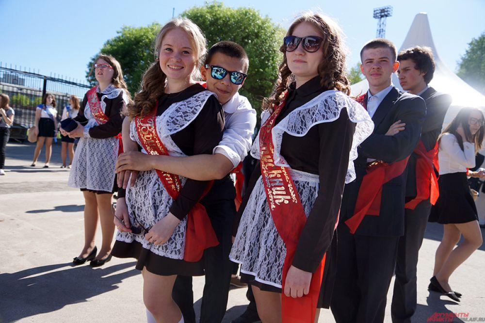 Более сотни выпускников отправились отмечать событие в уютных аллеях парка.