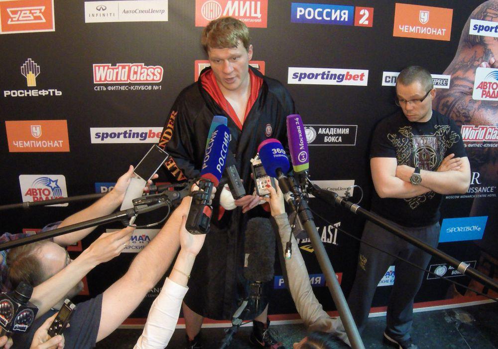 Александр отвечал на вопросы журналистов в несколько раз дольше, чем длился его поединок с Пересом