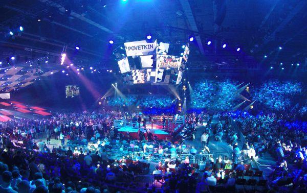 Все 6800 билетов были распроданы с невероятной быстротой - концертный зал был переполнен