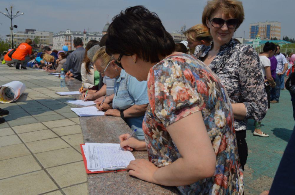 На подписных листа подписи забайкальцев появлялись одна за другой - очень быстро.
