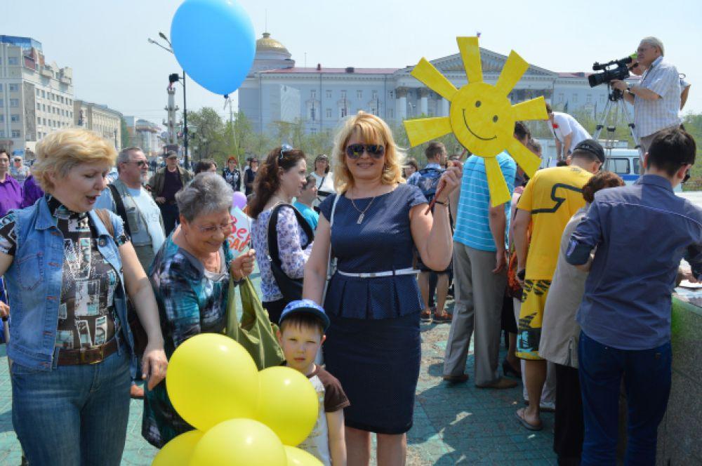 Многие пришли на площадь с детьми.
