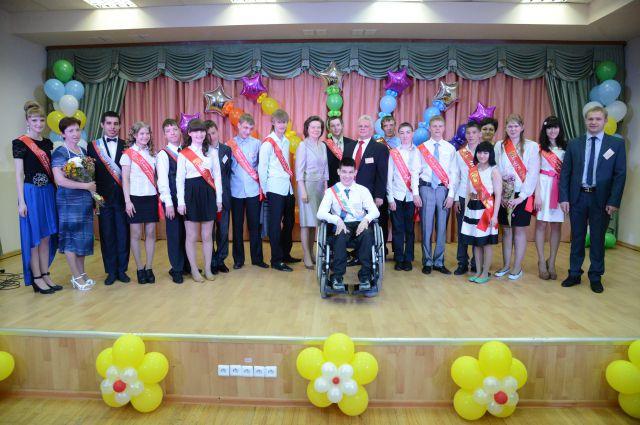 Наталья Комарова с выпускниками Ханты-Мансийской школы для учащихся с ограниченными возможностями здоровья.
