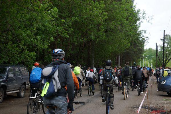 Рядом с воротами стояли несколько полицейских машин, которые сопровождали участников велозабега по улицам Перми.