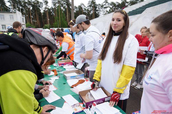 Огромная очередь растянулась перед столом, где проходила регистрация участников мероприятия.