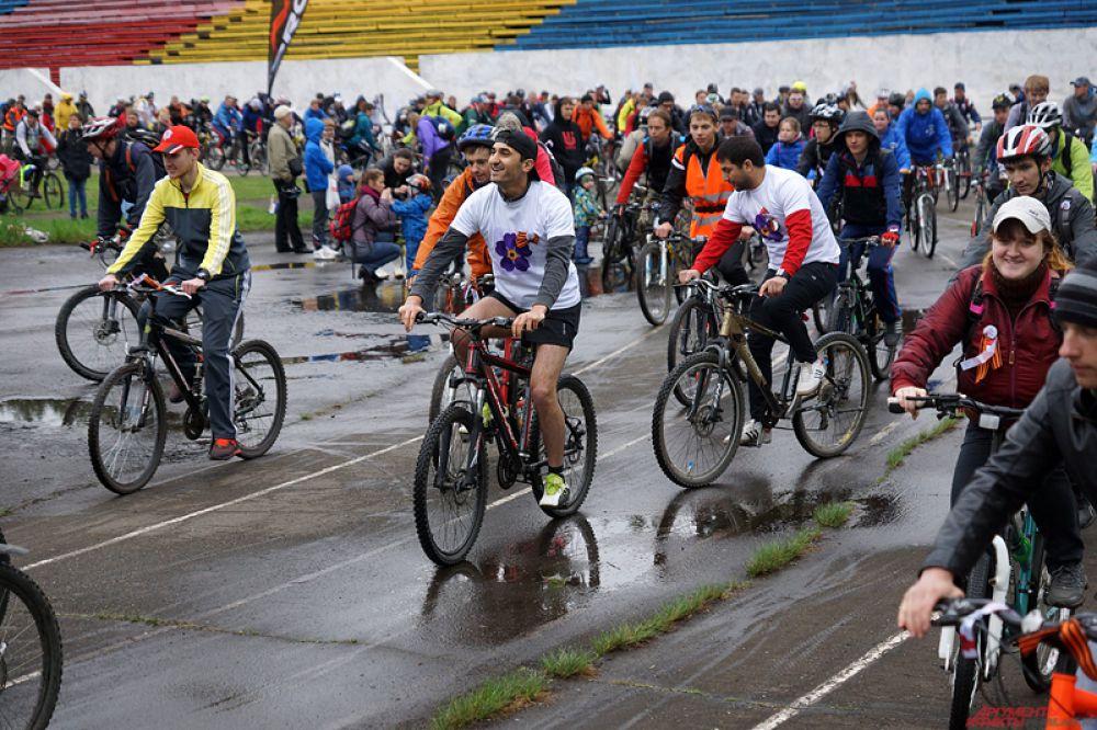 Велосипедисты длинной колонной двинулись вперед. Среди участников велозабега были родители с детьми, пожилые люди, а также профессиональные спортсмены, одетые в специальную экипировку.