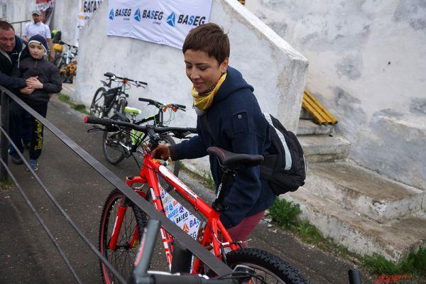 Девушка выиграла главный приз - новый велосипед.