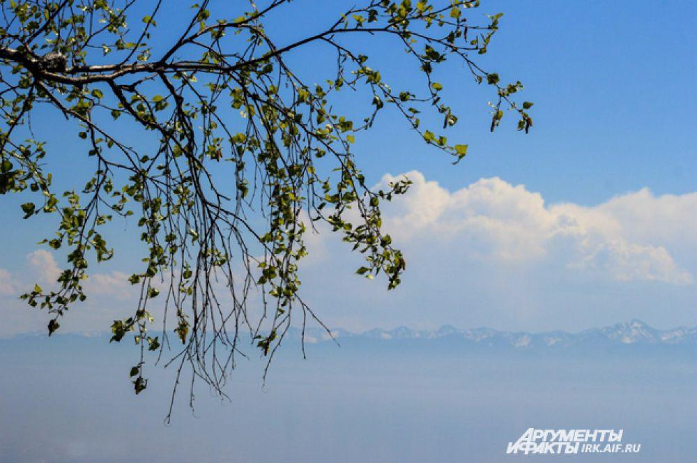 Много времени требуется, чтобы теплые солнечные лучи освободили Байкал ото льда.
