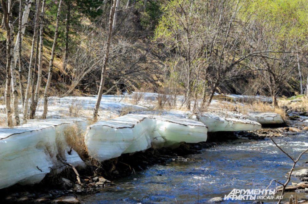 По берегам многих рек все еще можно увидеть лед.