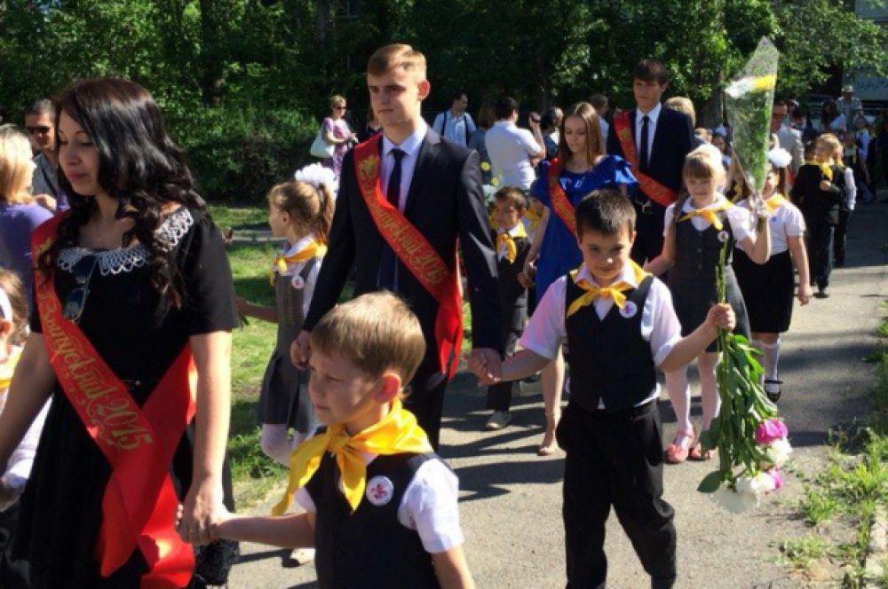 Взяв за руки первоклассников, одиннадцатиклассники - нарядные, радостные и одновременно грустные, направляются на свою последнюю школьную линейку.