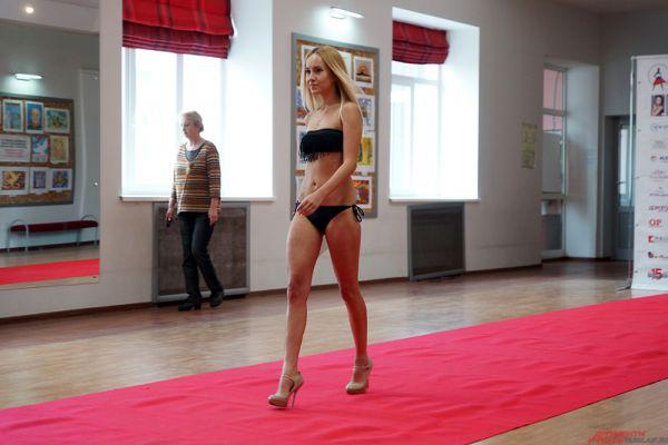 При себе конкурсантки должны были иметь купальник, коктейльное платье и туфли.