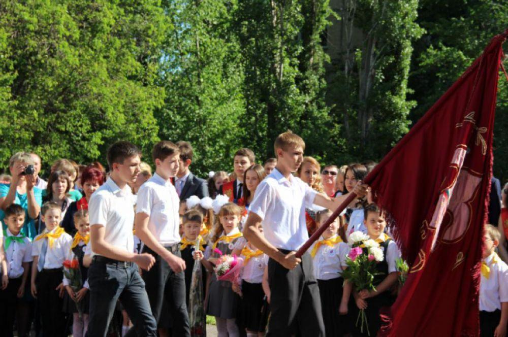 По традиции на линейку выносят знамя гимназии.
